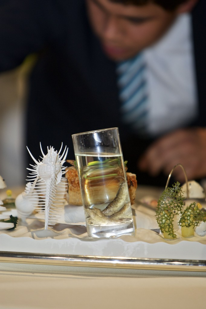 Kreativiteten under Bocuse d'Or er stor. Belgien havde eksempelvis lagt en levende rejse i et glas, mens et fiskeskelet blev brugt som dekoration. Fotograf: Flemming Gernyx.
