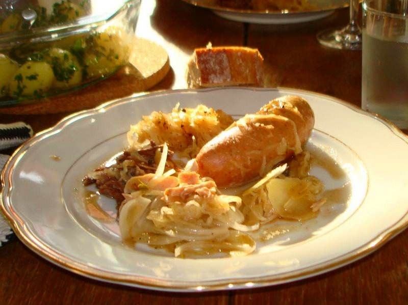 choucroute-pølse-okseskank-svinekam-brød-persillekartofler