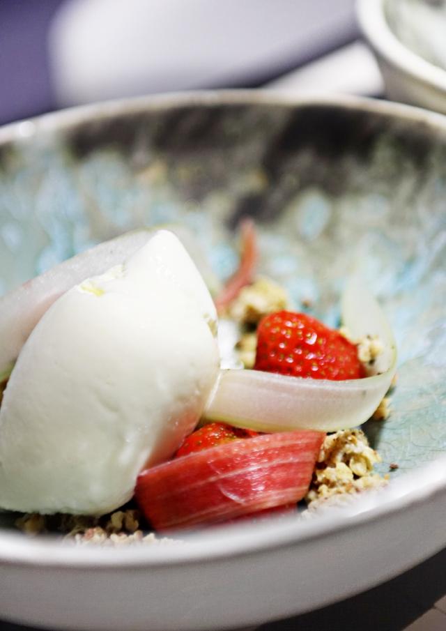 Dessert -- jordbær, rabarber