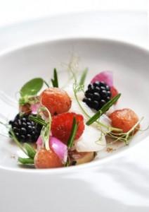 foie-gras-kammusling-vandmelong-rosmarin-og-brombaer-blomster