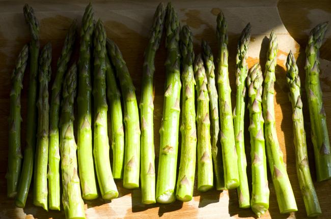 Skyllede grønne asparges klar til tilberedning