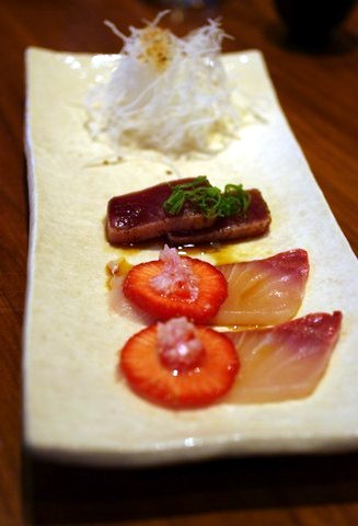 Hamachie og jordbær, skalotteløg med riseddike