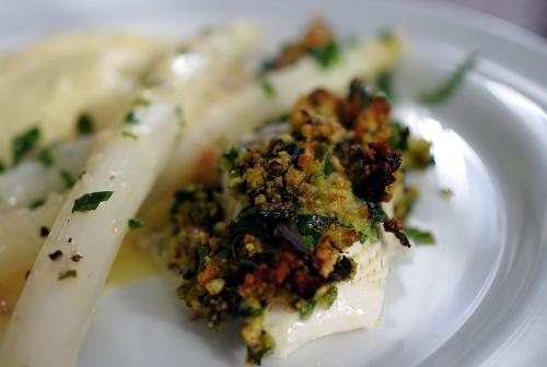 Hvide asparges som tilbehør til paneret rødspætte med ramsløg