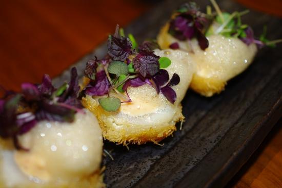 Servering med kammuslinger i kaitifi-dej med skum & chilimayonnaise.