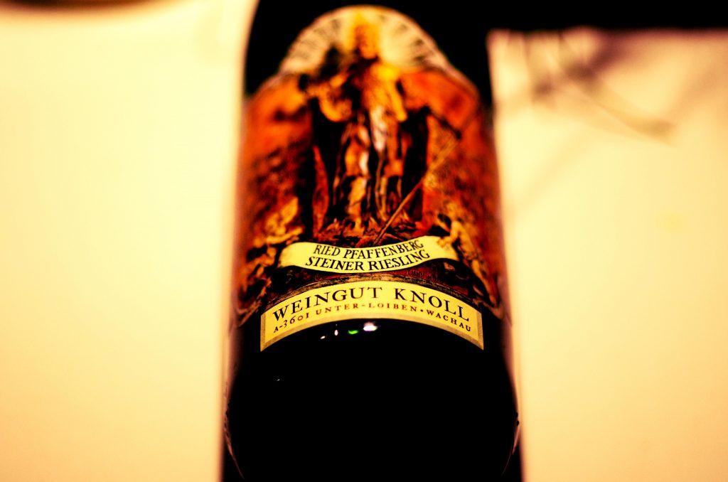 """Weingut Knoll, Wachau. Førstesønnen har heddet Emmerich generation efter generation.   Østrigs nok mest konservative vinproducent. Domænet laver vist kun én vin uden for Wachau, nemlig riesling fra 'Pfaffenberg'-marken (i Kremstal).  Dér for jeg engang vild. Men trøstede mig ved at læse en lille lap papir, hvorpå der stod: 'Knoll: Pfaffenberg'. Og så begyndte det at forårsregne. Med den dersens svage tone af mineralitet. Det går igen i vinen.  Riesling i verdensklasse, hvis du spørger mig. Ville nok være klassificeret som """"smaragd"""", hvis den var produceret i Wachau."""