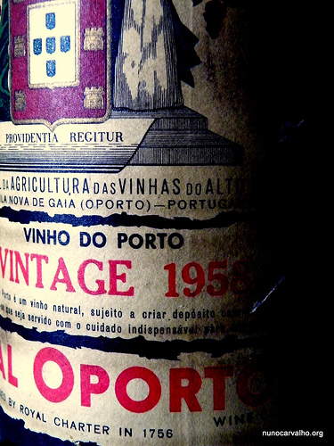 Illustration: Vin chaud / gløgg. Vintage port fra 1957. Nok lidt overkill til gløggkogning. Creative Commons: Nunocaralvho.org